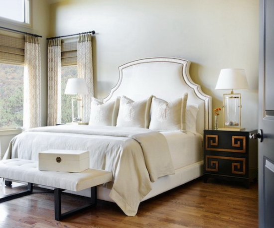 Noptiere negre cu motive aurii intr-un dormitor alb