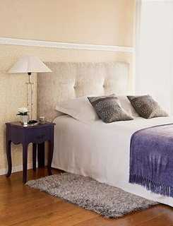 Noptiere violet pruna asortate la pat si zugraveala crem