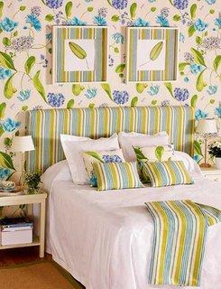 Tapet decorativ si tablie de pat asortate si noptiere simple crem