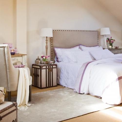 Valize decorative pe post de noptiere in dormitor shabby chic