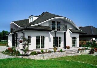 Casa cu acoperis negru si fatada alba