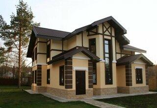 Casa cu tencuiala decorativa in doua culori
