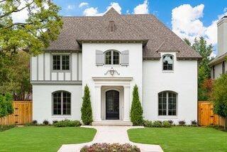 Casa in stil englezesc cu tencuiala decorativa alb gri