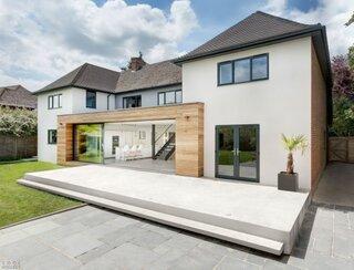 Casa moderna cu tencuiala decorativa alba
