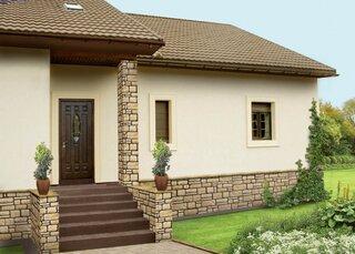 Fatada casa cu tencuiala decorativa si coloane placate cu piatra
