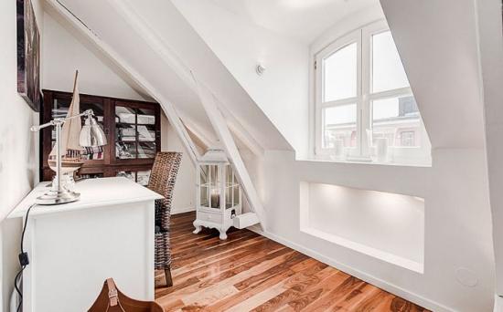 Birou amenajat la mansarda in stil scandinav