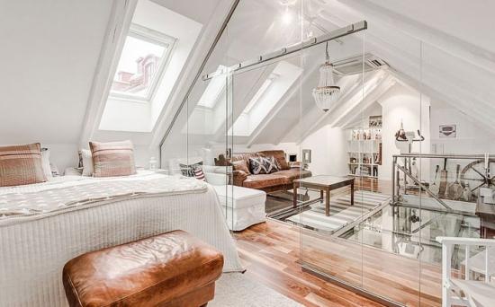 Dormitor la mansarda compartimentat cu ajutorul unor pereti de sticla