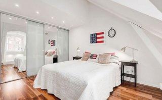 Dormitor mic amenajat la mansarda cu alb
