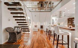 Scara de interior cu trepte flotante din lemn masiv
