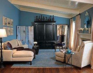 Covor albastru asortat cu peretii si canapea si fotolii crem