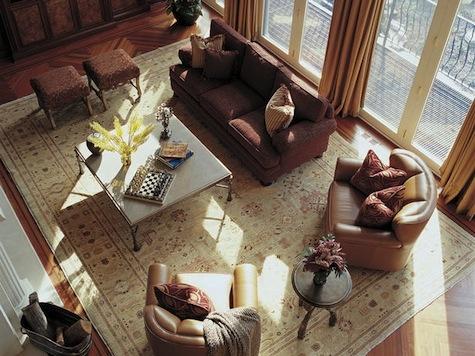 Varianta de asezare a covorului intr-un living mare clasic
