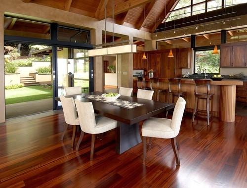 Bucatarie amenajata in stil tropical cu lemn masiv roscat