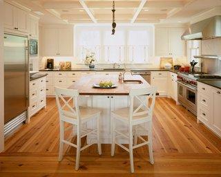 Bucatarie cu mobilier alb si parchet din lemn masiv deschis la culoare