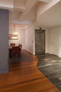 Combinatie de gresie si parchet din lemn masiv de cires la parter open space