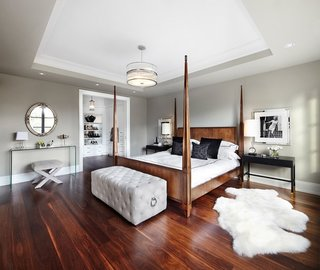 Dormitor amenajat cu mobilier si parchet din lemn masiv roscat