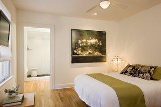 Dormitor amenajat simplu cu parchet din lemn masiv de fag