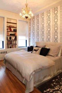 Dormitor cu pat pe mijloc cu tapet decorativ si parchet din lemn masiv natur