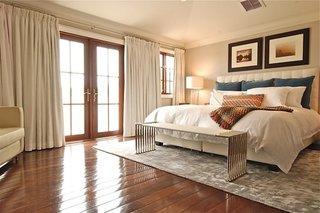 Dormitor in combinatie de crem si alb si parchet din lemn de bambus lucios