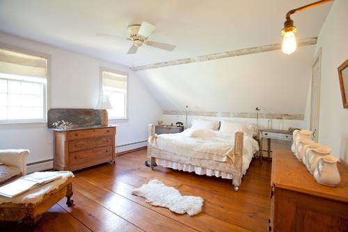 Dusumea din lemn antichizat in dormitor