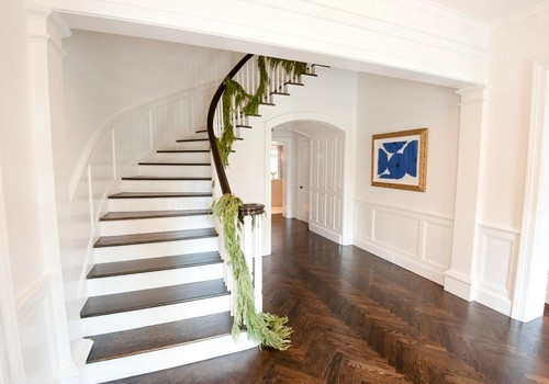 Hol si scara interioara placate cu parchet din lemn masiv din mahon