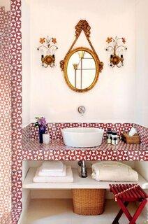 Baie mica alba cu mozaic rosu