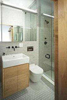 Baie moderna cu chiuveta si vasul de toaleta suspendate