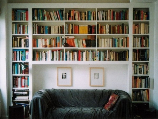 Biblioteca construite din rigips de jur imprejurul canapelei