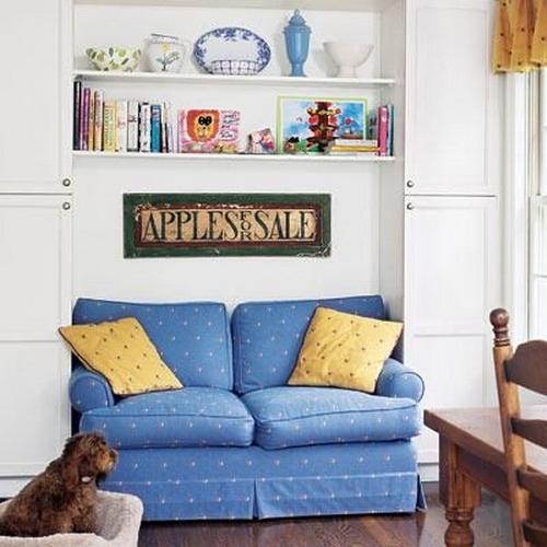 Canapea cu doua corpuri de mobilier in laterale si rafturi suspendate deasupra