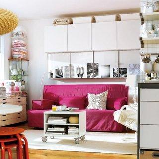 Dulapuri ikea de latimi diferite asezate deasupra canapelei din living