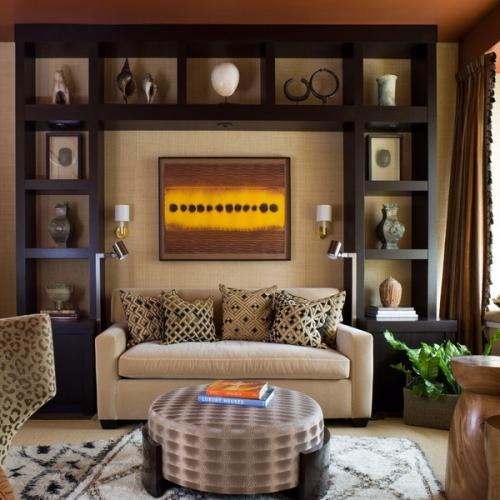 Living clasic cu corpuri de mobilier ce incadreaza canapeaua