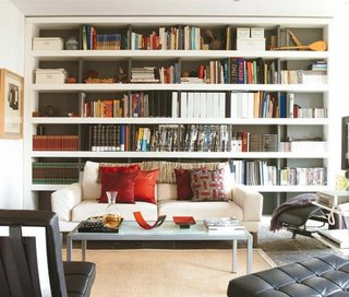 Nisa cu etajere lungi asezata in spatele canapelei