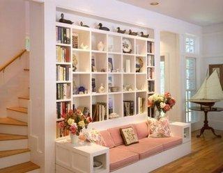Perete ce desparte livingul de scara cu biblioteca construita in spatele canapelei