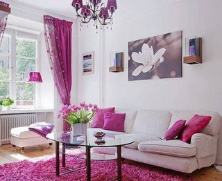 Tablou in nuante asortate cu perdeaua si covorul din living