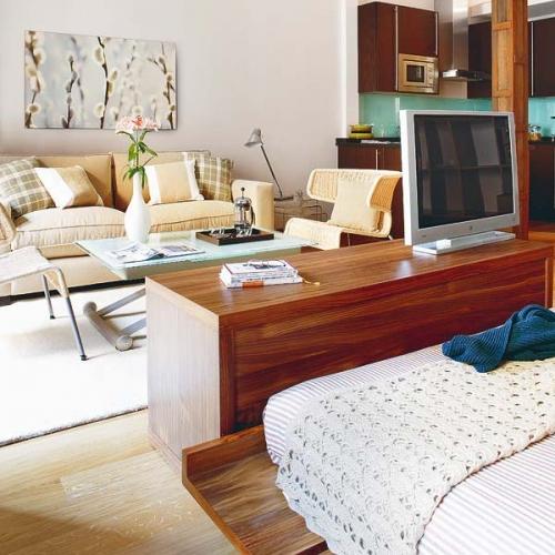 Comoda TV asezata la capatul patului pentru separarea zonei de living de cea de odihna
