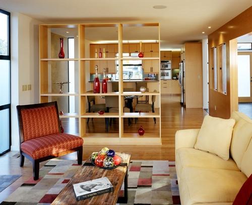 Corp cu etajere inalt pana in tavan ce separa livingul de bucatarie