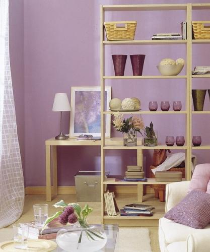 Living lila cu mobilier din mesteacan cu etajere pentru zone diferite
