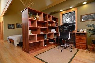 Metoda de impartire a dormitorului de birou printr-un corp inalt cu etajere