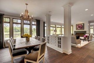 Parter open space mobilat clasic separat prin coloane de lemn cu dulap incorporat