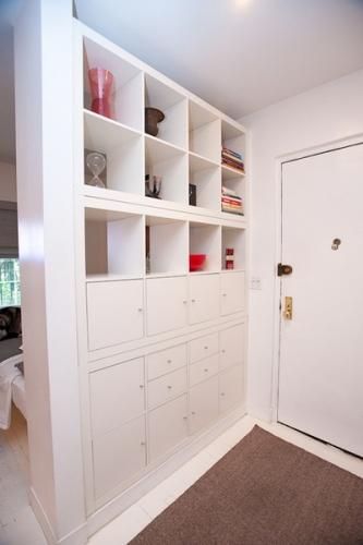Perete despartitor in apartament studio realizat din mobilier alb