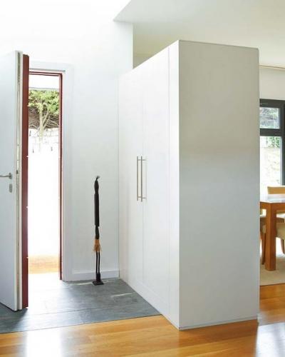 Sifonier asezat perpendicular pe peretele de la intrare