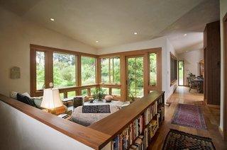 Zona de relaxare amplasata in hol si separata prin perete de rigips cu etajere pentru carti