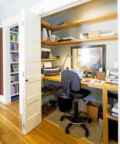 Idee de birou amenajat in dulap