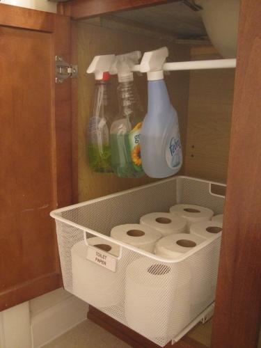 Idee de organizare si de depozitare a solutiilor pentru curatenie sub chiuveta