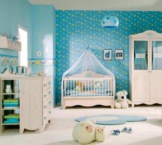 Varianta de amenajare a unei camere de baietel cu tapet decorativ pe pereti