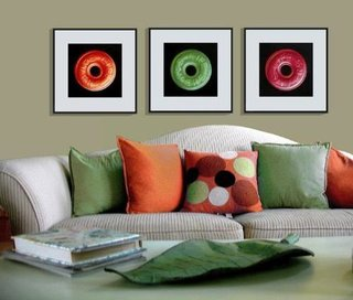 Trei tablouri de dimensiune medie asezate deasupra canapelei