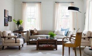 Canapea crem cu perne decorative maro si fotolii asortate