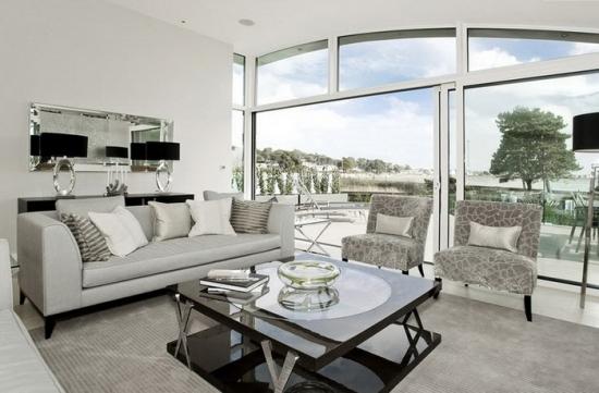 Canapea cu tapiterie gri deschis uni asortata cu fotolii cu model alb cu gri