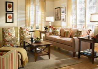 Canapea din stofa simpla crem si fotolii cu tapiterie inflorata