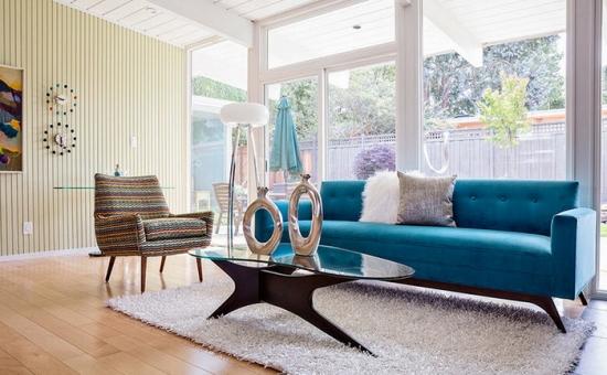 Canapea model retro de culoare turcoaz si fotoliu in dungi colorate