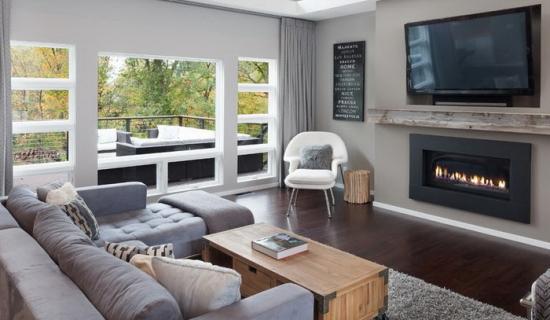 Living amenajat cu canapea gri si scaun alb